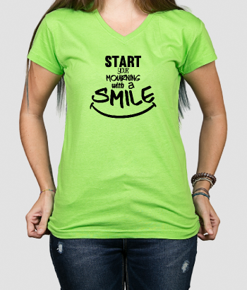 T shirt con scritta Start your morning with a smile