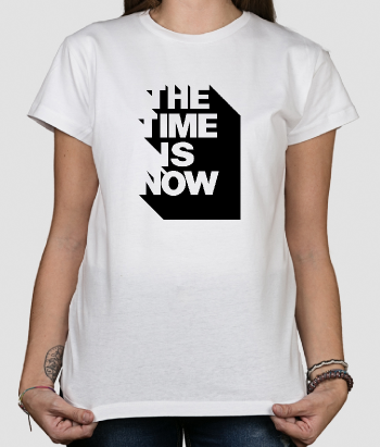 T shirt con scritta The Time Is Now
