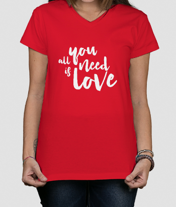 Camiseta con mensaje All you need is love
