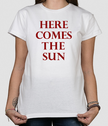 T-shirt con scritta here comes the sun